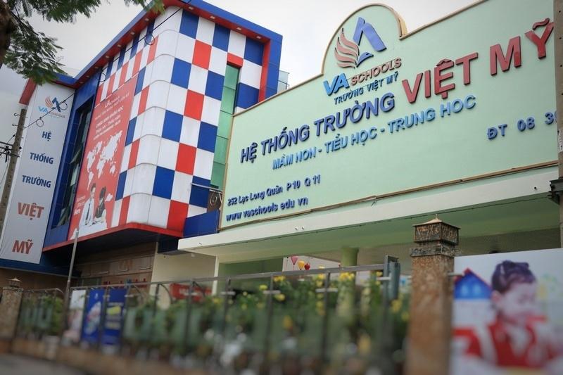 """Trường Việt Mỹ giảm học phí kèm theo """"điều kiện"""" giữa mùa dịch khiến phụ huynh học sinh bức xúc"""