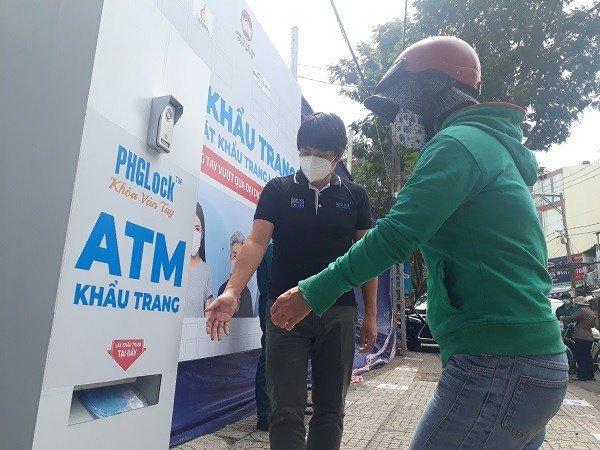 Chủ nhân máy ATM gạo, khẩu trang được giải thưởng của TP.HCM vinh danh