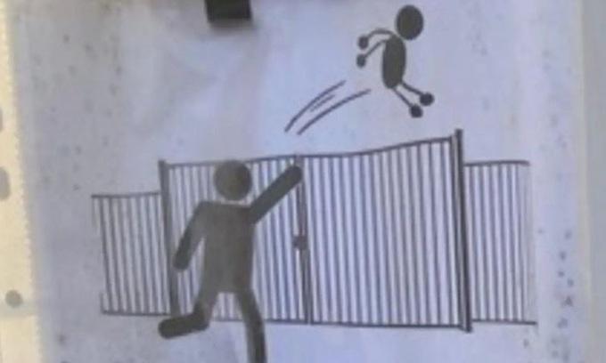 Trường học Pháp cấm phụ huynh ném con qua cổng