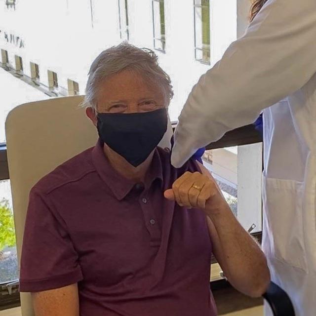 Bill Gates nghiêm túc mang khẩu trang dù đã tiêm đủ vắc xin Covid-19