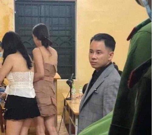 Nam ca sĩ nổi tiếng Vbiz lên tiếng sau lộ ảnh có mặt tại đồn công an khi quán bar bị đột kích kiểm tra
